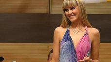6. Певица Натали демонстрирует свою грудь