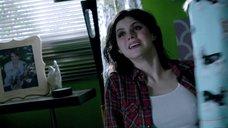 2. Торчащие соски Александры Даддарио – Моя девушка – зомби