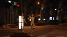 Полностью голая Ирена Монтала бегает по улицам города