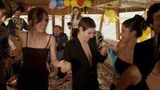 2. Сесиль Де Франс трясет грудью в танце – Красотки