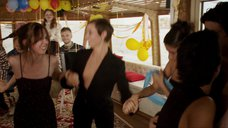3. Сесиль Де Франс трясет грудью в танце – Красотки