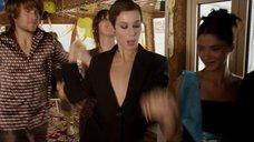 6. Сесиль Де Франс трясет грудью в танце – Красотки