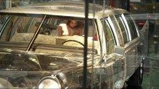 Жоана Море и Лора Сиэплик топлес в прозрачной машине