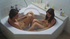 Кэрис ван Хаутен принимает ванну с парнем