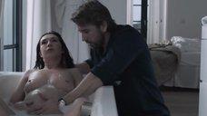 Беременная Кэрис ван Хаутен принимает ванну