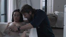 4. Беременная Кэрис ван Хаутен принимает ванну – Счастливая домохозяйка