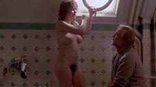 Марию Шнайдер моют в ванной