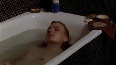 Миу-Миу принимает ванну
