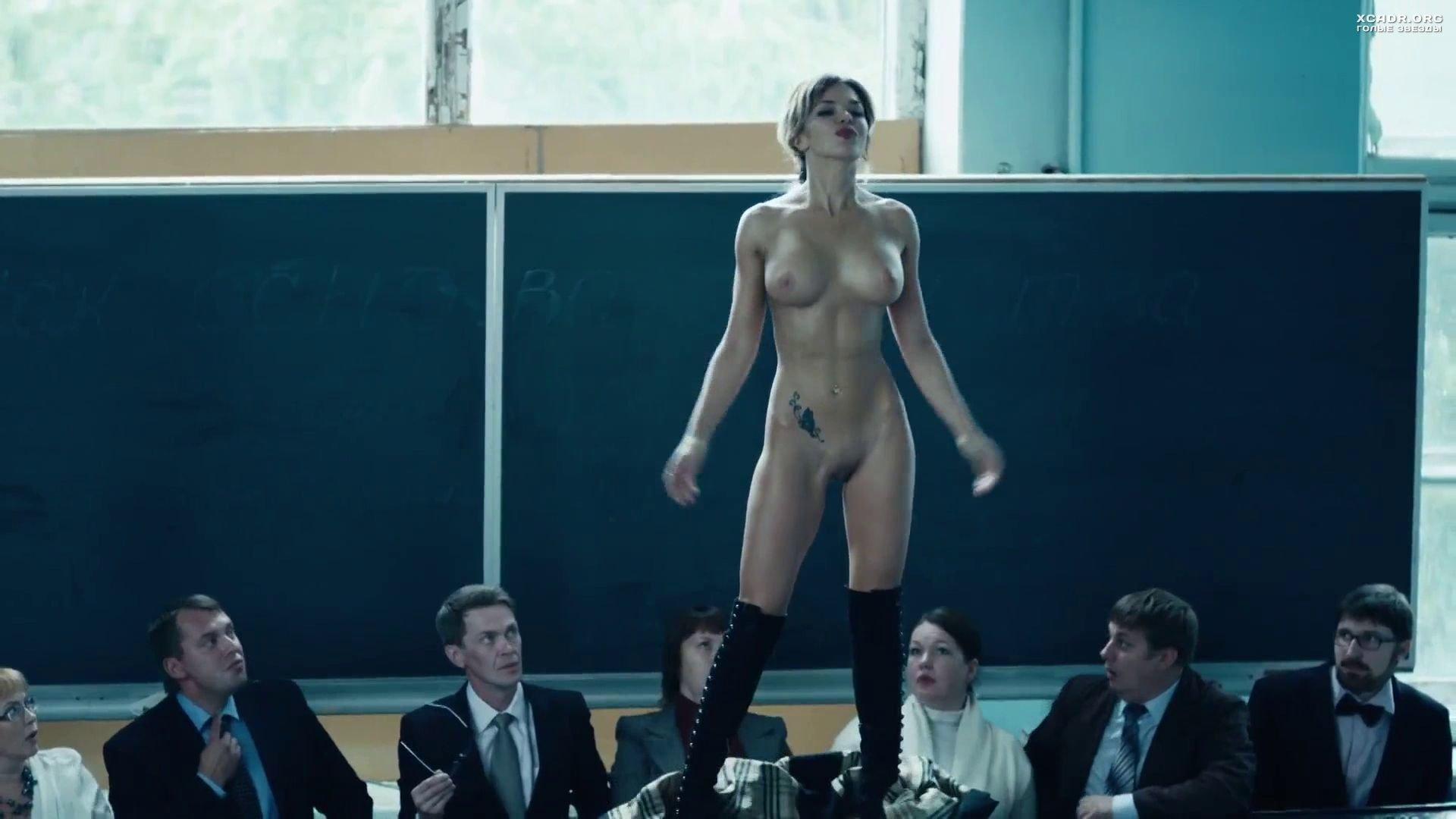 Полностью голая Карина Зверева позирует перед студентами