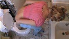 1. Наоми Уоттс сидит на унитазе – Элли Паркер
