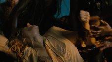 Наоми Уоттс в ночнушке в плену туземцев