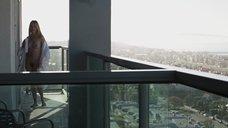 Наоми Уоттс демонстрирует свои прелести соседу на балконе