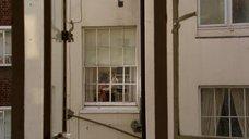 Подглядывание за Фридой Пинто в окно