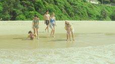 Наоми Уоттс, Джессика Тоуви и Софи Лоу развлекаются на пляже