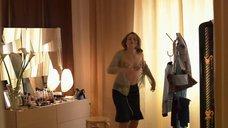 5. Мария Вальверде рассматривает себя в зеркале и Фабриция Сакки одевается – Мелисса: Интимный дневник