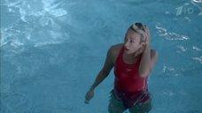 Екатерина Волкова плавает в бассейне