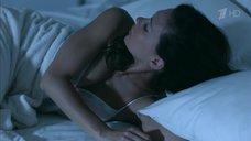 Екатерина Климова в белой ночнушке