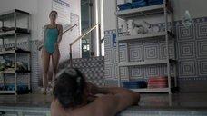 Стройная Каролина Равасса прыгает в воду