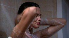 Юлия Галкина принимает душ