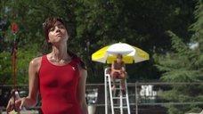 Обри Плаза в красном купальнике