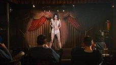 Обри Плаза в белье на сцене