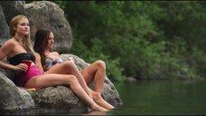 Джулианна Гуилл и Бриана Эвиган купаются в озере