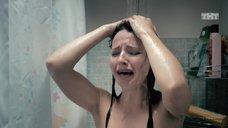 Евгения Калинец принимает душ