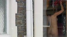 Голая женщина у окна