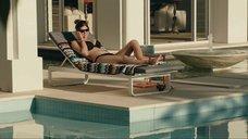 2. Сексапильная Александра Даддарио в черном купальнике – Разлом Сан-Андреас