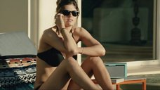 4. Сексапильная Александра Даддарио в черном купальнике – Разлом Сан-Андреас
