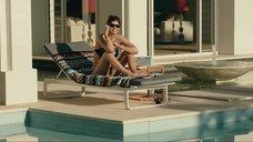 6. Сексапильная Александра Даддарио в черном купальнике – Разлом Сан-Андреас