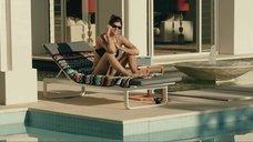 7. Сексапильная Александра Даддарио в черном купальнике – Разлом Сан-Андреас