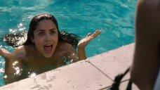 10. Обнаженная Сальма Хайек купается в бассейне – Как заниматься любовью по-английски
