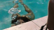 9. Обнаженная Сальма Хайек купается в бассейне – Как заниматься любовью по-английски
