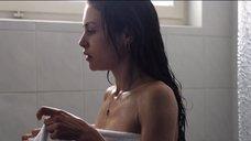 3. Ханна Уэр принимает душ – Хитмэн: Агент 47