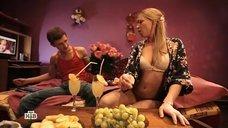Наивную блондинку разводят на секс