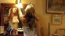 Эльза Патаки в ночной рубашке