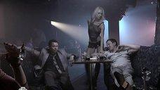 7. Блондинка танцует стриптиз – Проснемся вместе?