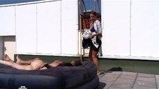 5. Голая Юлия Галкина спит на надувном матрасе – Проснемся вместе?