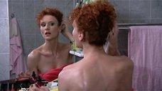 Татьяна Лянник прихорашивается у зеркала