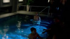 5. Голые Джессика Марковская и Мирей Шарлотта Крокко плавают в бассейне – Сериал Любовники