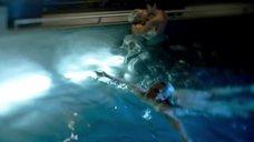 7. Голые Джессика Марковская и Мирей Шарлотта Крокко плавают в бассейне – Сериал Любовники