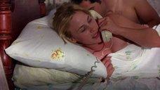 Патриция Аркетт прикрывает грудь одеялом