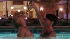 5. Страстный секс с Элизабет Беркли в бассейне – Шоугелз