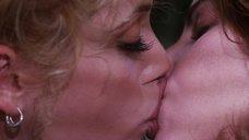 3. Лесбийский поцелуй Джины Гершон и Элизабет Беркли – Шоугелз