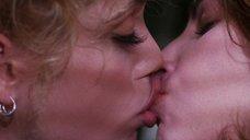 Лесбийский поцелуй Джины Гершон и Элизабет Беркли