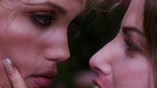 6. Лесбийский поцелуй Джины Гершон и Элизабет Беркли – Шоугелз