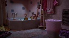 Мэгги Джилленхол принимает ванну