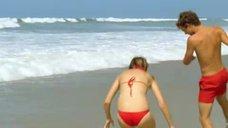 1. Леа Сейду бегает по пляжу в купальнике – Строго на юг