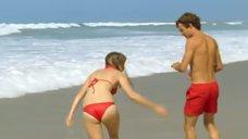 Леа Сейду бегает по пляжу в купальнике